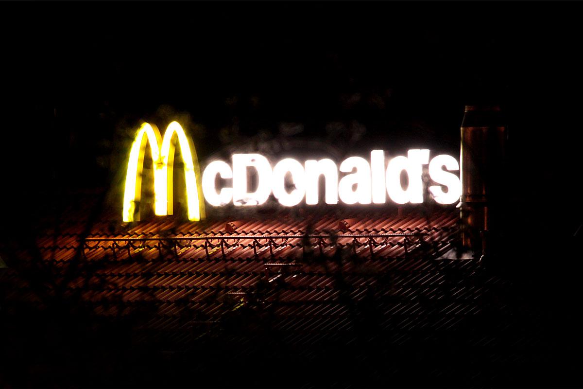 Leuchtet bis spät in die Nacht: McDonals in Dudweiler Nord