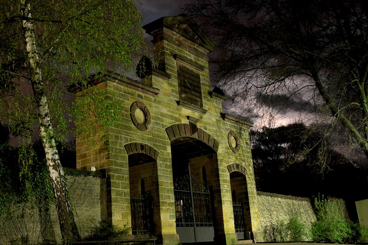Haupteingang zum Dudweiler Friedhof