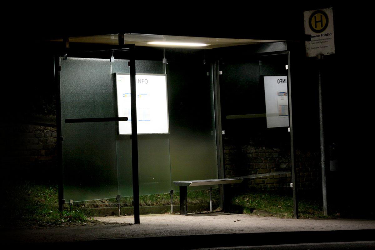 Verwaiste Bushaltestelle in der Neuweiler Straße