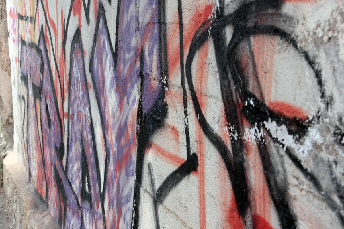 Suchbild Nummer 14: Graffiti am Eisenbahntunnel in der Fischbachstraße