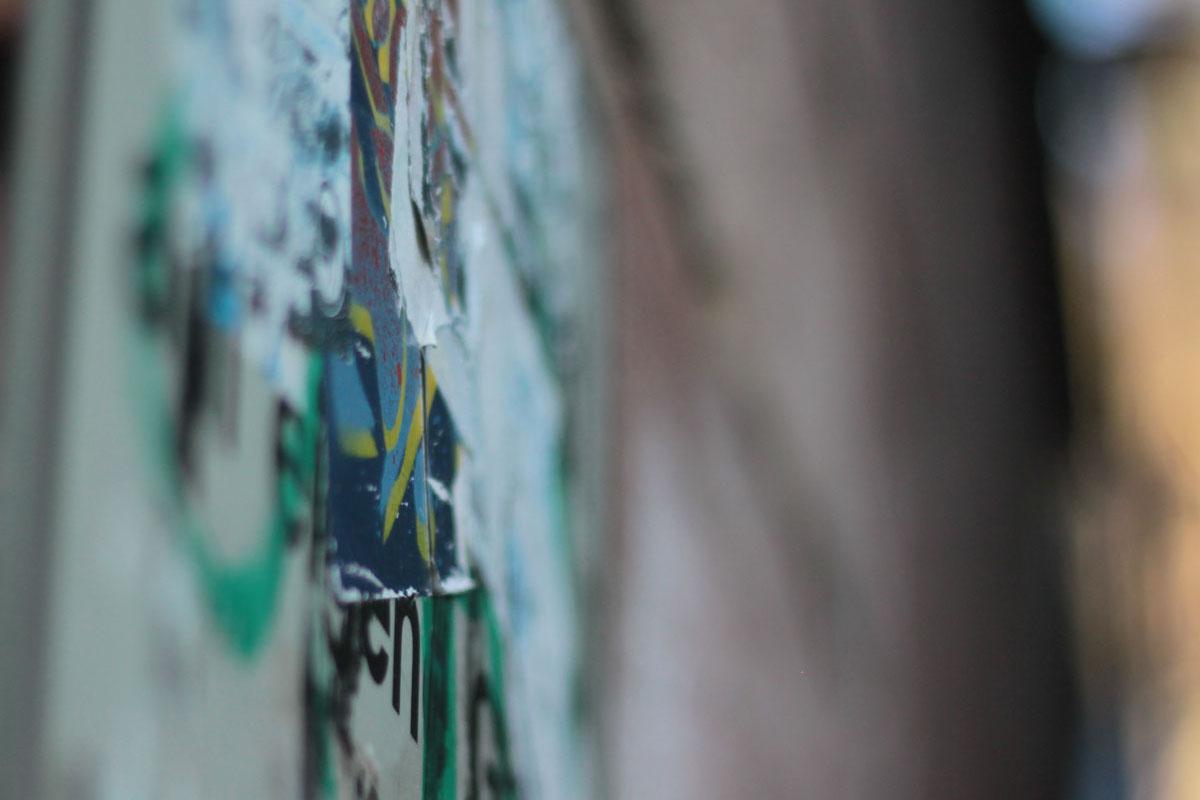 Suchbild Nummer 2: Überklebtes Straßenschild am Treppenaufgang von der Fußgängerzone zur Kirche St. Marien