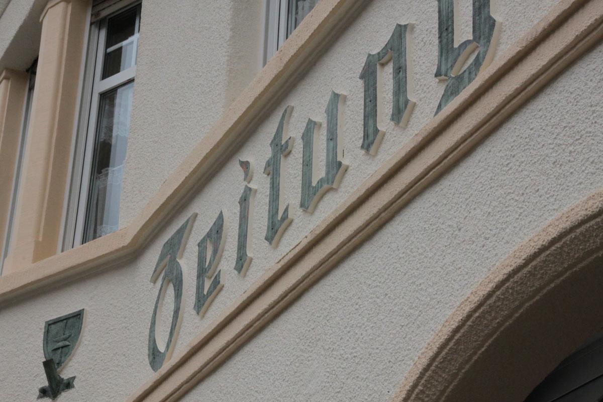 Suchbild Nummer_21: Schriftzug Dudweiler Zeitung an einem Haus in der Saarbrücker Straße (neben der Post)