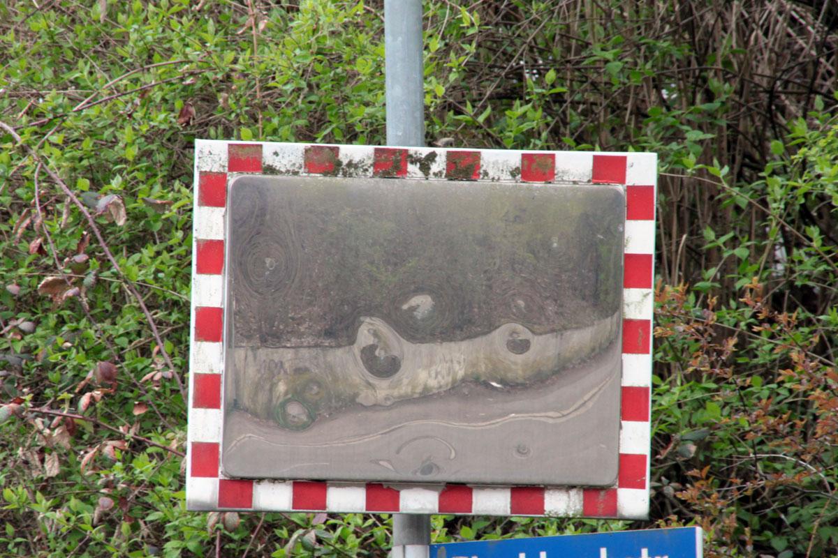 Suchbild Nummer 24: Spiegel in der Fischbachstraße - kurz nach dem Eisenbahntunnel.