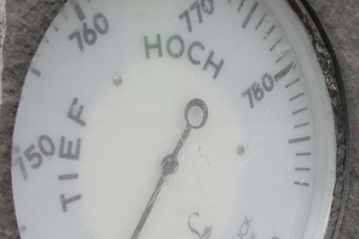 Suchbild Nummer 26: Barometer an der Hauswand in der Fußgängerzone.