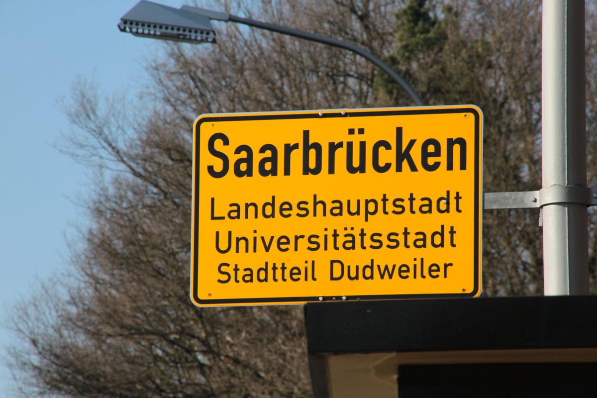 Suchbild Nummer 3: Ortsschild am Ortseingang Beethovenstraße (von Scheidt/von der Uni kommend)