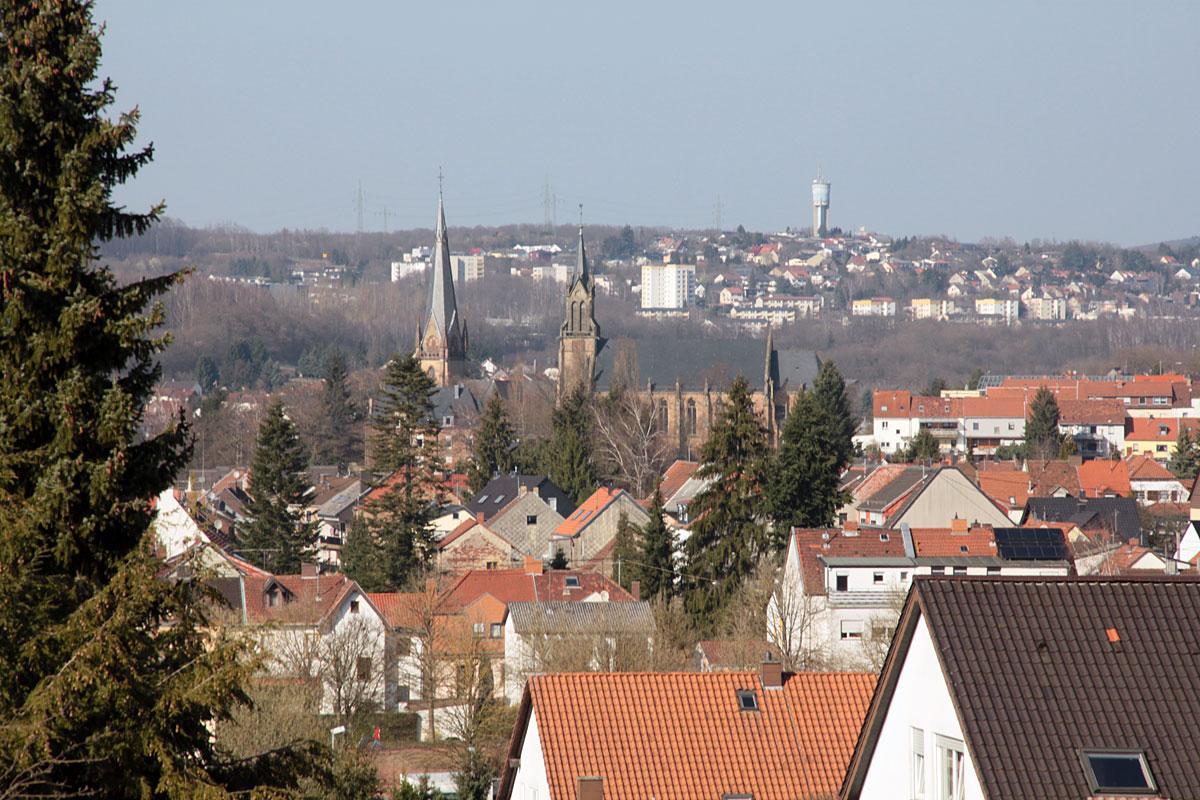 Suchbild Nummer 8: Blick auf Dudweiler von der Robert-Koch-Straße, Höhe Kirche Bonifatius