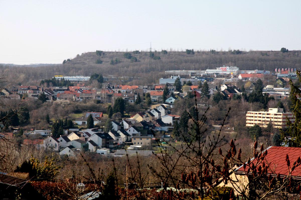 Suchbild Nummer 9: Blick auf Dudweiler von der Neuweiler Straße, Höhe Friedhof, oberhalb des