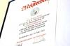Der Meisterbrief von Rosario Scivoli ziert den Verkaufsraum in der Dudweiler Sudstraße ebenso ...