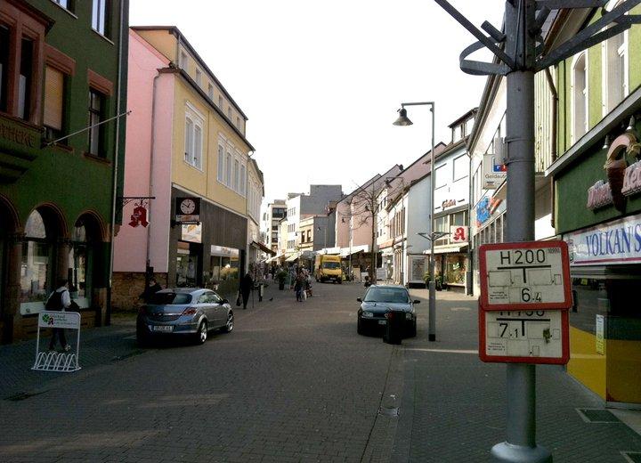 PKWs in der verwaisten Fußgängerzone