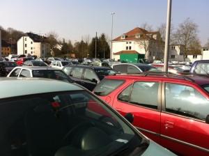 Vollgeparkter Dudoplatz: Ein Bruchteil der 13.000 PKWs, die es in Dudweiler gibt.