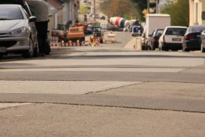 Flickenteppich in der Saarbrücker Straßen: Jetzt wird saniert.