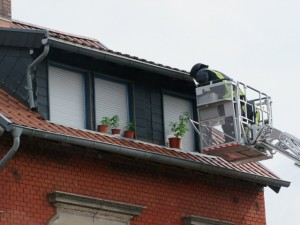 """Einsatzkräfte beim """"Ernten"""" der Cannabis-Pflanzen mit der Drehleiter. (Foto: Polizei Sulzbach)"""