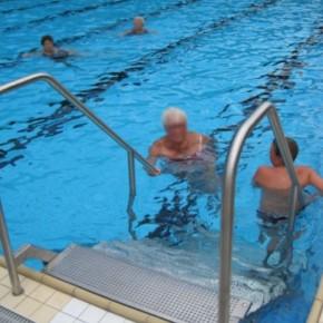 Neue Schwimmbadtreppe erleichtert Einstieg