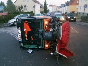 Umgekippte Kehrmaschine (Foto: Polizei)