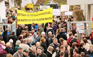 Hunderte Menschen protestierten gegen die Schwimmbadschließung (Foto: Thomas Braun)