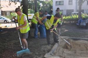 Die FDP-(Nachwuchs)politiker bei der Spielplatzreinigung (Foto: FDP Dudweiler)