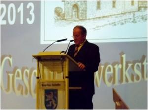 Friedel Meier erläutert die Arbeit der Geschichtswerkstatt (Foto: Dudweiler Geschichtswerkstatt)