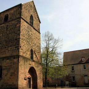 Alter Turm und Kirche St. Marien neue Wegzeichen auf den Wegen der Jakobspilger