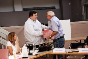 Der unterlegene Kandidat für das Bürgermeisteramt, Ralf Peter Fritz, gratuliert Reiner Schwarz (Foto: Thomas Braun)