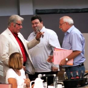 Der scheidende Bürgermeister Walter Rodermann (l.) übergibt den Schlüssel der Stadt an seinen Nachfolger - im Hintergrund der unterlegene Bürgermeisterkandidat Ralf Peter Fritz. (Foto: Thomas Braun)