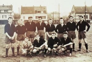Von links nach rechts kniend: Zweiter von links: Georg Schwindling, ca. 1960