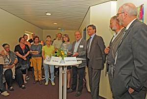 Eröffnung des Sozialraumbüros (von rechts: Udo Blank, Geschäftsführer des Diakonischen Werkes an der Saar, Joachim Hubig von der Partnerschaftlichen Erziehungshilfe, Regionalverbandsdirektor Peter Gillo und Gäste bei der Eröffnung des Sozialraumbüros Dudweiler (Foto: Regionalverband/ Christof Kiefer))