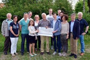 Dr. Hans Schales freut sich im Beisein zahlreicher Mitglieder der Grüne Nelke über den Scheck (Foto: Verein)