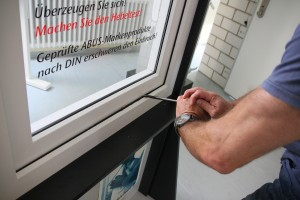 Einbruchsexperte Reiner Both zeigt, wie leicht Diebe Fenster aufhebeln