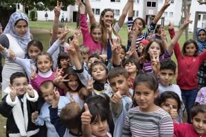 Veronica inmitten von Flüchtlingskindern in Lebach (Foto: privat)