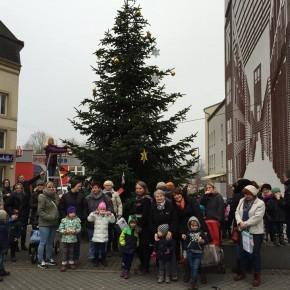 Kindergarten Pfaffenkopf schmückt Weihnachtsbaum