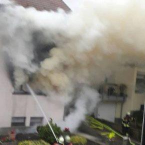 Feuerwehr rettet Frau aus brennendem Wohnhaus