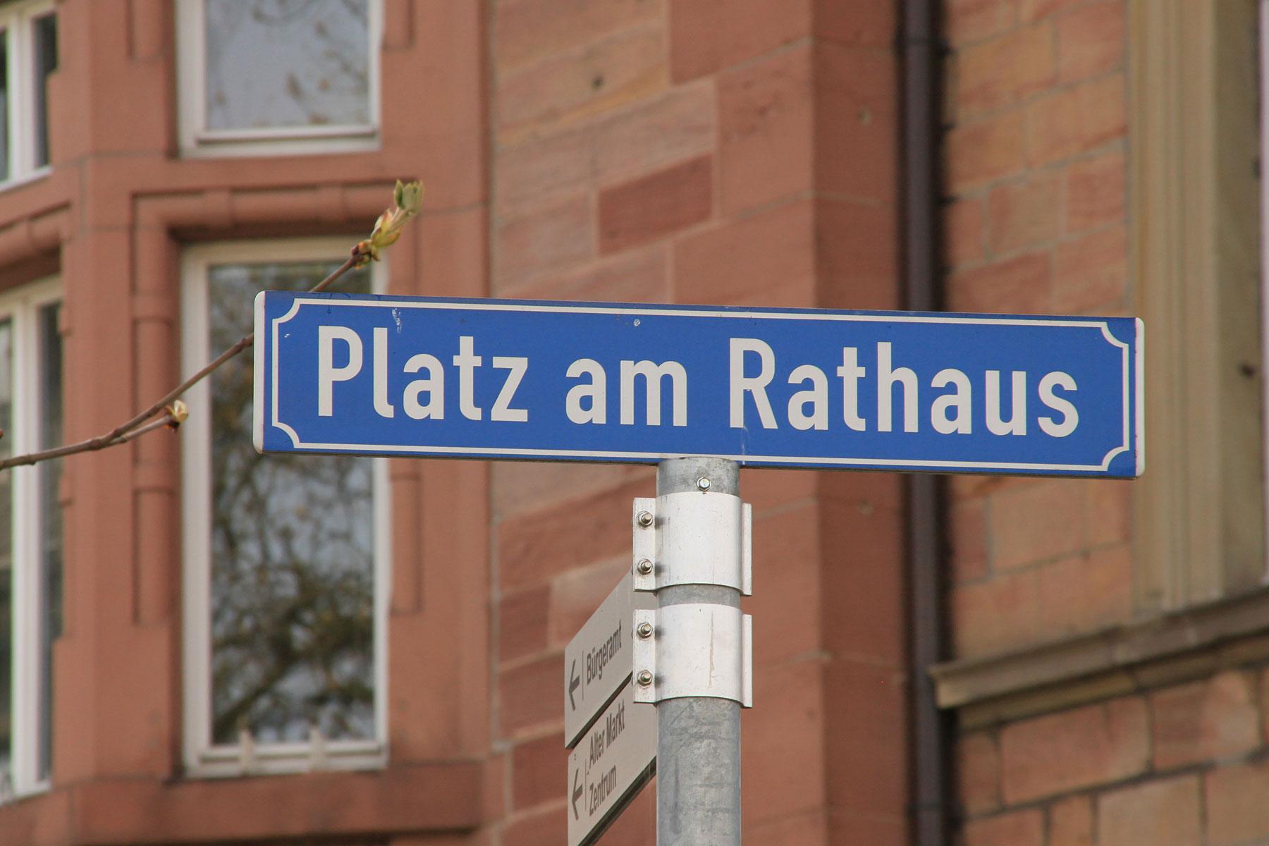 Schild vorm Rathaus