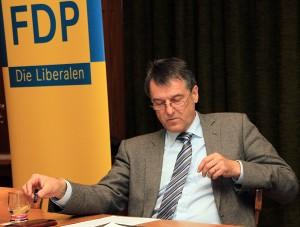 Konzentriert folgte Hans-Joachim Backes den Fragen der Zuhörer.
