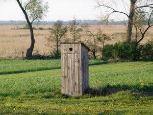 Holztoilette im Grünen