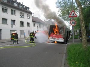 Brennender Linienbus (Foto: Feuerwehr Dudweiler)