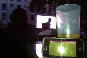 Not macht erfinderisch: Statt auf der defekten Leinwand wird das Spiel auf dem Smartphone im Livestream verfolgt (Foto: Thomas Braun)