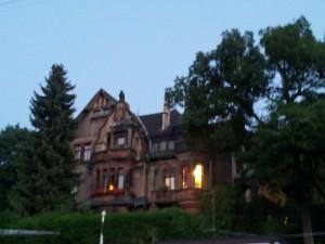Die Villa Micka in Dudweiler am Abend nach dem SR - Tatort Drehtag