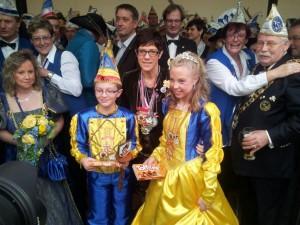 Das Dudweiler Kinderprinzenpaar mit Ministerpräsidentin Annegret Kramp-Karrenbauer
