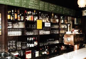 Die große Whiskey-Sammlung gehört zu den Besonderheiten des Dudweiler Eckhauses (Foto: privat)