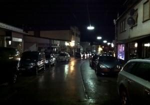 Trierer Straße bei den 10. Dudweiler Lichtblicken: Geschlossene Läden und geparkte Autos (Foto: Thomas Braun)