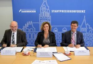 Udo Blank, Charlotte Britz und Peter Gillo bei der Vertragsunterzeichnung zum KIEZ-Projekt (Foto: Landeshauptstadt Saarbrücken)