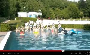 Der Freie Fanfarenzug Dudweiler bei seiner Cold Water Challenge (Foto: Screenshot Youtube)