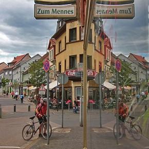Spiegelungen im Dorf (Foto: Roland Henss)