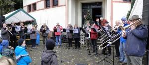 Der Posaunenchor auf dem Herrensohrer Weihnachtsmarkt (Foto: privat)