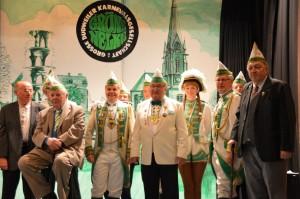 Bild/Verein: Lou Köhler (rechts) wurde zum Ehrensenator, Alfred Friemel                   (Vierter von links) zum Ehrenfunken ernannt.